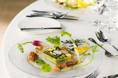 結婚式場写真「人気の前菜の一つ 二期菜園と取れたての根菜 野菜とシーフードのテリーヌは 見た目も宝石のよう」 【みんなのウェディング】