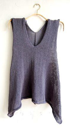 sideways knit raw edges tank- no pattern Poncho Pullover, Knit Vest, Summer Knitting, Knitting Yarn, Pulls, Mantel, Knitwear, Knitting Patterns, Knit Crochet