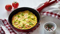 Brokastu omlete ar garnelēm un dārzeņiem Omelette, Savoury Dishes, Cheeseburger Chowder, Guacamole, Macaroni And Cheese, Brunch, Food And Drink, Vegetarian, Cooking