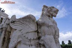 Statua di un leone alato al Vittoriano di Roma ...