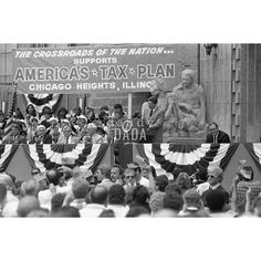 Ronald Reagan annuncia il suo programma politico presso Bloom High School. La folla è in festa. Tutti ascoltano il discorso del presidente con  assoluta attenzione.