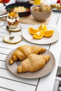 Ceramika stołowa z karbowanym rantem PALETTE. Co powiecie na rogalika? ;-) French Toast, Breakfast, Food, Morning Coffee, Essen, Meals, Yemek, Eten