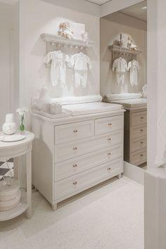 Quarto de bebê com decoração romântica, toda em branco - cômoda trocador