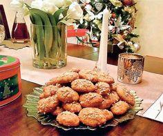 """Οι γιορτινές μέρες των Χριστουγέννων έφτασαν! """"Γλυκές ευχές""""! """"γλυκά"""" μελομακάρονα! Καλοφτιαγμένα μελομακάρονα, σε μεγάλες πιατέλες , στολισμένες περίτεχνα, σε βάζουν αμέσως στο πνεύμα των εορτών ! Αποτελούν σύμβολο των Χριστουγέννων και δεν λείπουν πότε από κανένα γιορτινό τραπέζι . Εμείς σήμερα θα φτιάξουμε τα δικά μας μαμαδίστικα μελομακάρονα, που θα μοσχοβολίσουν το σπίτι ολάκερο! Να περνάει κάθε τόσο ο μπαμπάς """"και να κλέβει και από ένα"""" Αυτή εδώ η συνταγή είναι ξεχωριστή! Είναι εύκολη…"""