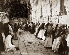 Félix Bonfils (1831-1885): Women pray at the Western wall in Jerusalem in 1899