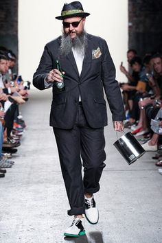 Now that's the way you walk down a runway! Mark McNairy New Amsterdam Spring 2014 Ready-to-Wear Collection New Amsterdam, Sexy Beard, Men Closet, Dapper Gentleman, Stylish Mens Outfits, Weird Fashion, Thats The Way, Well Dressed Men, Mens Clothing Styles