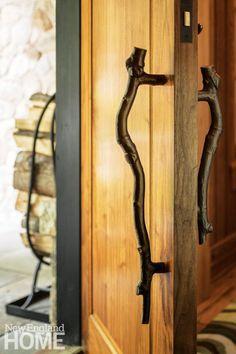 Wood Door Handle, Front Door Handles, Tree Branch Decor, Tree Branches, Knobs And Knockers, Door Knobs, Diy Screen Door, Cabin Doors, Balcony Doors