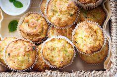 Az édes muffinoknál talán még nagyobb kedvenceim a sósak, mivel reggelire, vacsorára, de salátával vagy levessel kiegészülve ebédre is megállják a helyüket. Laktatóak, ízletesek és nagyon gyorsan elkészülnek.  Ez a cukkinis, cheddar sajtos muffin azért tökéletes, mert a cukkini szaftosan tartja a…