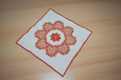 Hardanger Tischdecke Deckchen Handarbeit rot beige quadratisch klein 26 x 26 cm