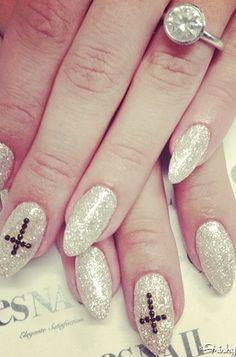 Kelly osbourne sporting her Azature manicure.