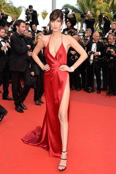 """Vestido arrasador de Bella Hadid em Cannes é """"cópia"""" de figurino de Rita Ora de dois anos atrás"""