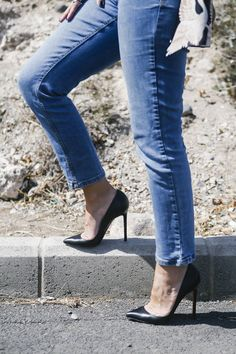 Black pointed toe stiletto pumps and jeans. Tacchi Close-Up #Shoes #Tacones #Heels