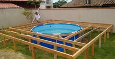 Ha acquistato una semplice piscina da giardino e l'ha trasformata in un perfetto angolo relax! Ha costruito tutt'attorno una struttura in legno per un perfetto solarium e trampolino per i bambini!  Fonte Immagini: http://awm.com/he-really-wanted-a-swimming-pool-in-his-backyard-but-it-was-too-expensive-what-he-builds-amazing/