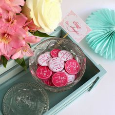Las chapas de boda más bonitas con las que obsequiar a tus invitados. Disponibles en 8 colores diferentes con 10 mensajes. Más info en nuestra shop online: http://www.hermanasbolenashop.com/es/47-detalles-para-invitados