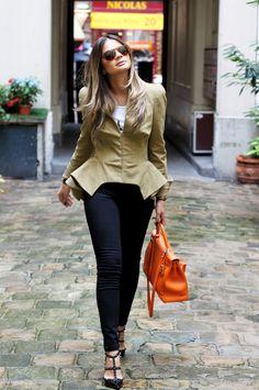 Calça – J.Brand | t-shirt – Outfit Shop | blazer – McQueen | sapato -Valentino | bolsa – Hermès | Óculos – Persol | bracelete – Hermès