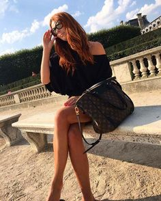 #paris #louvre #polishgirl #redhead #lv 🇫🇷🗝😊 Jak dobrze, że jest @maanu.shop  https://www.maanu.pl/pl/p/Spray-termoochronny-200-ml-HEAT-PROTECTION-SPRAY-label.m/618