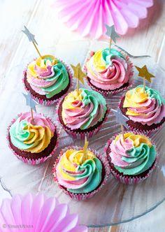 Suklaamuffinssit sateenkaaripursotuksella. Gluteeniton. Finnish Recipes, Birthday Candles, Birthday Parties, Cupcakes, Party Party, Party Ideas, Desserts, Koti, Sweets