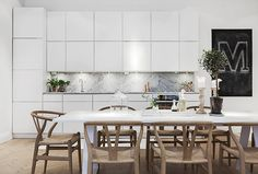 blog.stylizimo.com  I love this kitchen! Marble splashback is amazing. As are the gorgeous natural chairs! In love!