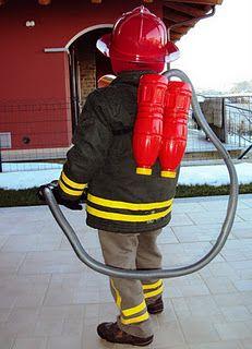 Brandweerman outfit.este disfraz de bombero se puede hacer fácil con una bolsa azul y cinta amarilla. http://www.multipapel.com/subfamilia-bolsas-basura-colores-para-disfraces.htm