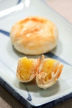【Puff pastry cake with egg custard filling】 by MaomaoMom Puff pastry treats are my family's favorite. Making puff pastry is a long and tedious process that takes several hours to prepare. Dim Sum, Chinese Cake, Chinese Food, Chinese Egg, Pia Recipe, Mooncake Recipe, Asian Cake, Custard Filling, Custard Buns