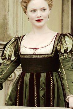 Holliday Grainger as Lucrezia Borgia in The Borgias Italian Renaissance Dress, Mode Renaissance, Renaissance Costume, Medieval Costume, Renaissance Fashion, Renaissance Clothing, Medieval Dress, Les Borgias, Historical Costume