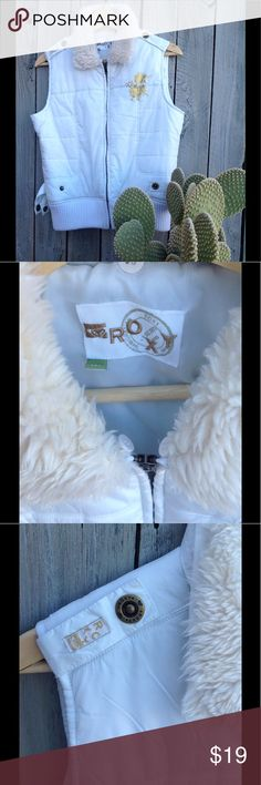 ❄️☃️Roxy white puff vest Very stylish and on trend for the coming winter. ⛷ Roxy vest with removable faux fur collar. Detail snaps on the shoulders, sides and back. GUC Jackets & Coats Puffers