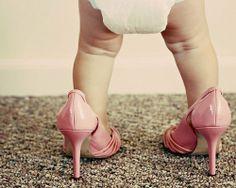 ¿Has notado que algunas niñas traen tacones a corta edad? Suri Cruise es una de las principales precursoras de este tipo de moda, pero en realidad ¿los tacones son adecuados para tus pequeñas. Visita nuestros catálogos de niños y bebés http://www.linio.com.mx/ninos-y-bebes/