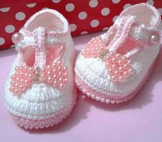 Crochet Patterns Booties Crochet sandals for babies!This Pin was discovered by Les Baby Booties Knitting Pattern, Knit Baby Shoes, Crochet Shoes Pattern, Crochet Baby Boots, Crochet Baby Sandals, Knit Baby Booties, Booties Crochet, Baby Girl Crochet, Crochet Baby Clothes