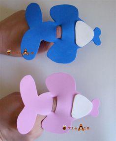 Fiz esse avião em EVA, simples e divertido!Você coloca o dedinho dascrianças no meio do aviãoe elasse divertem!   Outro modelo de avião... Kids Crafts, Foam Crafts, Preschool Activities, Diy And Crafts, Arts And Crafts, Paper Crafts, Letter E Craft, Baby Sensory, Baby Boy Shower