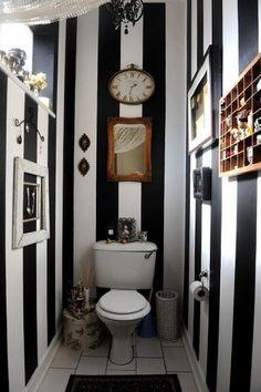 Du papier peint vinyle en rayures noires et blanches pour décorer les toilettes