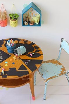 Una mesa baja ideal para jugar y pintar. Reciclar muebles para jugar. Con tutarial: http://jesussauvage.com/2014/02/06/leur-tableau-noire-diy/