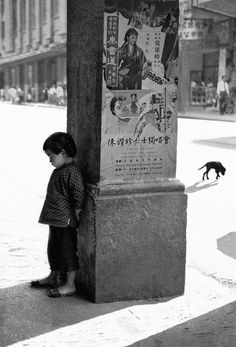 Renowned photographer Fan Ho was born in Shanghai but moved to Hong Kong in 1949 Robert Doisneau, Fan Ho, Shanghai, Man Ray, Vintage Photography, Street Photography, Hk Photography, Photography Composition, Clothing Photography