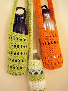 Our Colorado Homefront: Pattern For Crochet Water Bottle Holders Ummm. I think these are WINE bottle holders! Crochet Cozy, Crochet Gratis, Love Crochet, Crochet Bags, Crochet Summer, Easy Crochet, Kids Crochet, Confection Au Crochet, Crochet Kitchen
