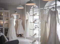 ウェディングショップ。ホワイトのディスプレイシェルフとガラス扉キャビネット