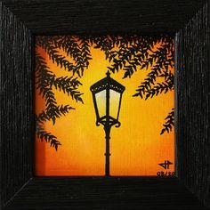 Titre de l'œuvre : Réverbère.  Peinture réalisée au Posca (style de peinture acrylique) sur toile Canson texture lin blanchi.  Format de l'œuvre (sans cadre) : 8,8 cm x 8,8 cm. Diagonale de l'œuvre (sans cadre) : 12,4 cm.  Format de l'œuvre (avec cadre) : 11,7 cm x 11,7 cm x 1,3 cm. Diagonale de l'œuvre (avec cadre) : 16,5 cm. (Cadre en bois, peint en noir, vitré).  Poids précis de l'œuvre (avec cadre) : 79,4 g.  Date de réalisation : 08 / 2015. #réverbère #art #peinture #contemporaine