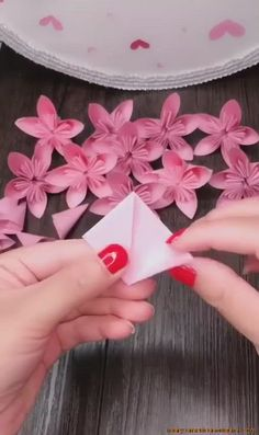 Diy Graduation Cap Discover paper towels santa paper crafts wrapping paper ideas how to make paper stars Link to GET MORE >>>> paper craft ideas rustic paper flowers how to make giant flowers homemade flowers paper Color Paper Crafts, Paper Folding Crafts, Paper Flower Art, Paper Flowers Craft, Paper Flowers Wedding, Paper Flower Tutorial, Paper Crafts For Kids, Flower Crafts, Christmas Tree Paper Craft