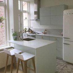 Goedemorgen! Laat ons nog even rustig opstarten ;) Maar we zijn weer in het land, opgeladen en ready om Ikea kasten, keukens en badkamerkasten naar jouw stijl om te buigen. #ikeahack #frontz #interieur #interieurdesign #eigenstijl #keuken #kasten #wonen #wooninspiratie #fronten #deuren #interieurinspiratie Tiny Spaces, My House, Table, Kitchen, Furniture, Home Decor, Design, Cooking, Decoration Home