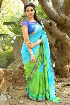Blue N Green Printed Design Heavy Linen Cotton Saree – Bollywood Linen Saree Beautiful Girl Indian, Most Beautiful Indian Actress, Beautiful Saree, Beautiful Gorgeous, Beautiful Actresses, Saree Wearing Styles, Saree Styles, Jute, Saree Models