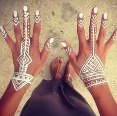 White henna 😍 shared by Rena†a on We Heart It Tribal Henna, Henna Mehndi, Hand Henna, Mehendi, Henna Designs, Aztec Designs, Henna Body Art, Body Art Tattoos, Henna Blanca