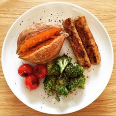 My 15 minute lunch. 😊 Sweet potato spud with griddle grilled broccoli, vine-ripened tomatoes and 2 chicken sheesh. Seasoned with salt and pepper.  Chicken sheesh, broccoli and tomatoes were all cooked together on my griddle pan with 1 spray of 1 cal oil spray.  #grilledchicken #sweetpotato  #broccoli  #vine-ripenedtomatoes #grilledveg #happyfood  #healthylifestyle #cleanlunch #healthyrecipes #healthy #cleaneating #diet #lunch #eatclean #dinner #desifood #indiandiet #dietfood  #workoutfood…