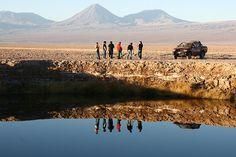 Dos espejos de agua dulce en medio de un salar (en Chile). En pleno Salar de Atacama, el quinto más extenso del mundo, luego de  un estudio geológico en dos sitios cercanos empieza a brotar agua dulce de napas subterráneas, hecho que obliga a abandonar las pruebas. Lo curioso, es que ambas perforaciones terminan con los años cubiertas de agua dulce en un estanque que no para de crecer en medio de un paisaje que parece de otro planeta.