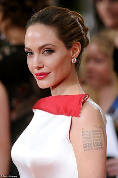 35 Beautiful Updos That Instantly Transform Your Look - Updos – Angelina Joli. - 35 Beautiful Updos That Instantly Transform Your Look – Updos – Angelina Jolie – - Jolie Pitt, Le Jolie, Easy Updo Hairstyles, Updos, Angelina Jolie Fotos, Angelina Jolie Body, Knot Bun, Top Knot, Actrices Hollywood