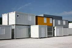 Bürocontainer als Containergebäude Haben Sie sich jemals gefragt, wie ein neues Gebäude für die Schule oder die Büroarbeit so schnell gebaut... #buerocontainer  http://www.container-kmc.de/deutsch/news/article/buerocontainer-als-containergebaeude