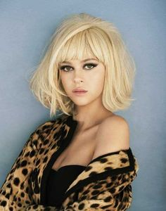 Bob hairstyles with bangs cover a wide range of hair lengths and fashion styles. This look never goes out of style, that's why we. Layered Haircuts With Bangs, Bangs With Medium Hair, Short Layered Haircuts, Hairstyles With Bangs, Medium Hair Styles, Short Hair Styles, Vintage Hairstyles, Summer Hairstyles, Blonde Hairstyles