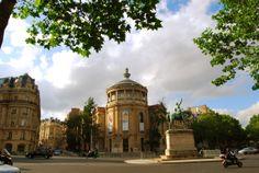 Le musée national des arts asiatiques - Guimet, auparavant appelé musée Guimet, est un musée d'art asiatique situé à Paris, 6 place d'Iéna dans le 16e arrondissement. Ce site est desservi par la station de métro Iéna.