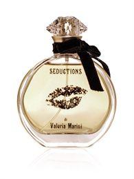 SEDUCTIONS - EAU DE PARFUM Seduzione,sensualità e tentazioni irresistibili per questa fragranza creata sul tema della vaniglia. In testa il fiore di vaniglia si unisce alla luminosità della mimosa,e alle note aeree della brezza marina. Nel cuore,l'orchidea bianca è arricchita dalla dolcezza dei fiori di eliotropo e del tiarè. Sensualità nel fondo… con la vaniglia ed un tocco di patchouly per rendere la pelle morbida e vellutata.