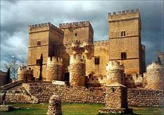 CASTLES OF SPAIN - Castle of Ampudia, Palencia. Gothic fortress, built in the 15th   century by the descendants to Pedro García Herrera, major-general of Castile . Don Pedro de   Ayala, the Count of Salvatierra, was one of the owners of the castle. He fought in favour of the   comunera cause in the battle of Ampudia, which confronted the followers of the emperor   Carlos V and the troops of the Acuña Bishop.