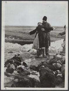 Ouders vinden het lichaam van hun zoon tussen andere lijken van mensen die door de Duitsers vermoord zijn in Kerch