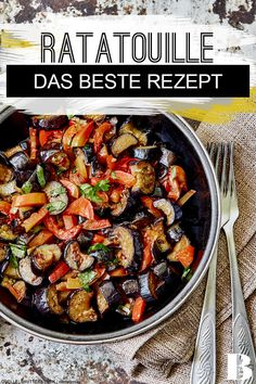 Ratatouille – das beste Rezept Ratatouille – the best recipe. The Provencal Ratatouille vegetable stew tastes wonderful of summer. In our recipe we show you step by step how the classic succeeds. Vegetarian Recipes Dinner, Healthy Chicken Recipes, Healthy Dinner Recipes, Crockpot Recipes, Soup Recipes, Vegetable Stew, Vegetable Recipes, Food Inspiration, Easy Meals