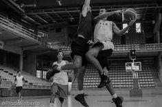 1x1, #SergioVidal con el balón y #JavierMarin defiende. 11 de septiembre #baloncesto #Lucentum #Alicante #basket #pretemporada
